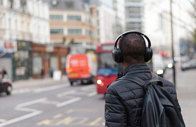 איש עם אוזניות ממותגות