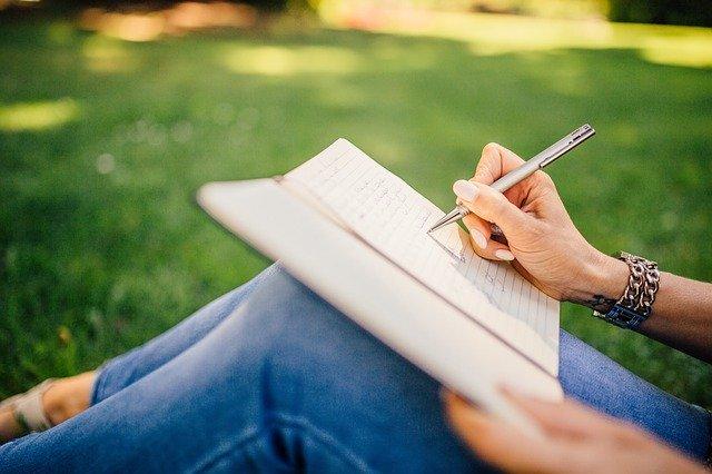 כתיבה עם עט ממותג